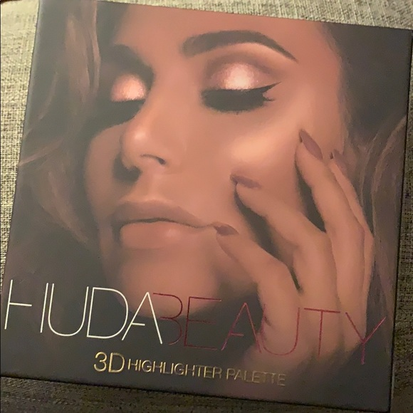 HUDA BEAUTY Other - Huda beauty 3D highlighter palette golden sands